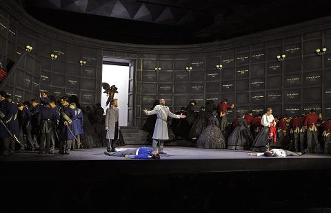 16 Tim Mix (Capulet), Soloman Howard (The Duke) and Stephen Costello (Roméo) in 'Roméo et Juliette) (c) Ken Howard for Santa Fe Opera, 2016.png