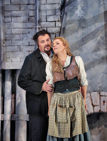 25-Bruce-Sledge-(Duke-of-Mantua)-and-Georgia-Jarman-(Gilda)-in-'Rigoletto'-(c)-Ken-Howard-for-Santa-Fe-Opera,-2015.png
