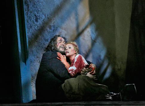 29-Quinn-Kelsey-(Rigoletto)-and-Georgia-Jarman-(Gilda)-in-'Rigoletto'-(c)-Ken-Howard-for-Santa-Fe-Opera-2015.png