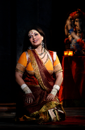 Hanan Alattar as Leïla [Photo by Catherine Ashmore courtesy of English National Opera]
