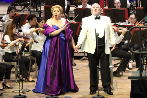 Christine Goerke (Brünnhilde) & Simon O'Neill (Siegmund) with the TMC Orchestra (Hilary Scott).png