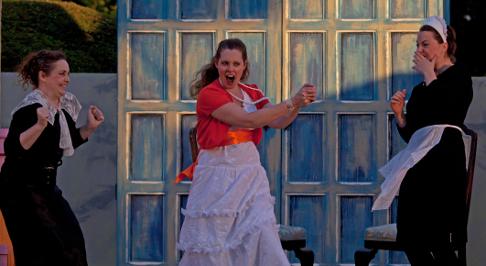 Leonore (Aoife O'Sullivan), Isabelle (Martene Grimson), Jacinte (Maire Flavin) [Photo courtesy of Bampton Classical Opera]