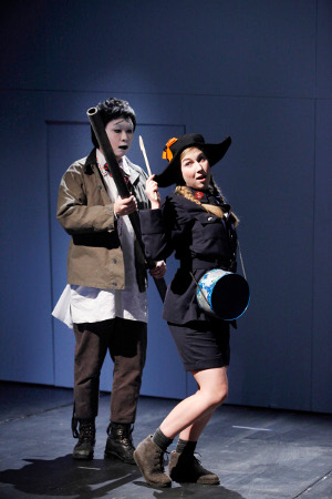 Kyungho Kim as Harlequin | A soldier and Rowan Hellier as The drummer [Photo by Barbara Braun courtesy of Staatsoper Berlin]