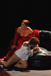 Catherine Naglestad as Tosca and Roberto Alagna as Cavaradossi [Photo by Photo Grand Angle Orange]