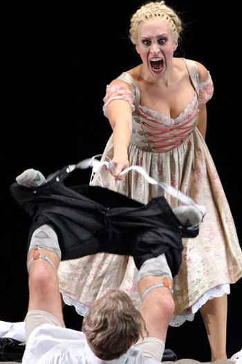 Brenda Rae as Aminta and Franz Hawlata as Sir Morosus [Photo courtesy of Bayerische Staatsoper]