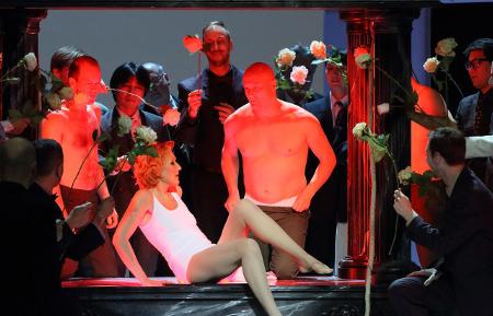 Angela Denoke as Emilia Marty, Chor und Statisterie der Bayerischen Staatsoper