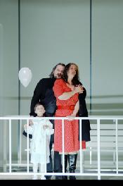 Il tabarro--Željko Lučić (Michele), Elza van den Heever (Giorgetta), Kind von Giorgetta und Michele (Statisterie der Oper Frankfurt)